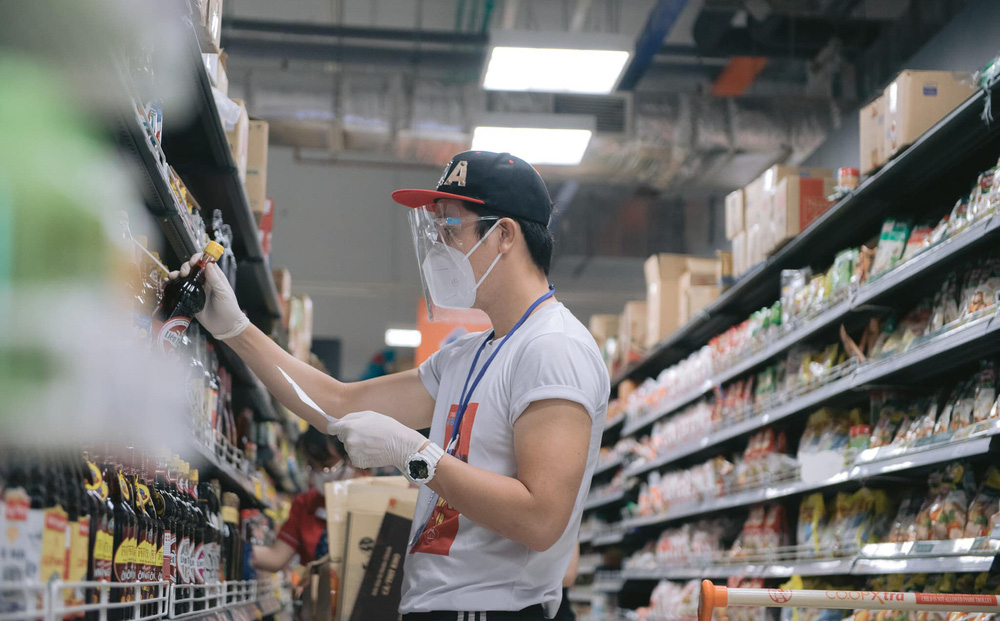 Đi siêu thị mua đồ giúp dân, người mẫu Hoàng Phi Kha gặp tình huống trớ trêu