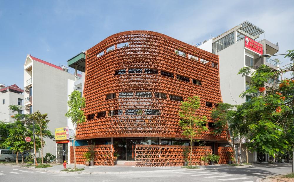 Quán cà phê lấy cảm hứng từ cành cây và hang động của người tiền sử ở Hà Nội đẹp lạ trên báo Mỹ