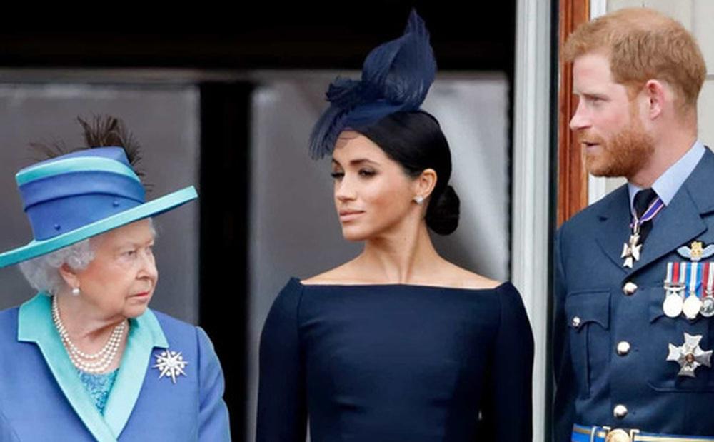 Trước lùm xùm ''làm loạn'' hoàng gia của cháu trai, Nữ hoàng Anh cuối cùng cũng nổi giận và có hành động tuyệt tình với Harry - Meghan