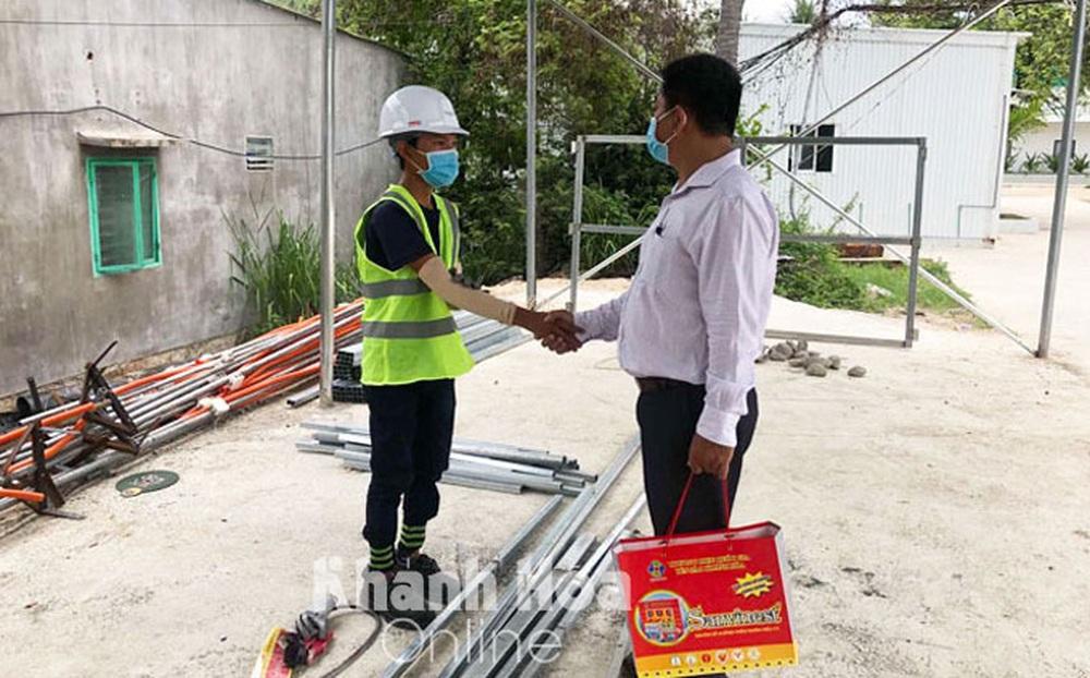 """Vụ """"bánh mì không phải hàng thiết yếu"""": PCT phường Vĩnh Hòa xin lỗi anh Trần Văn Em"""