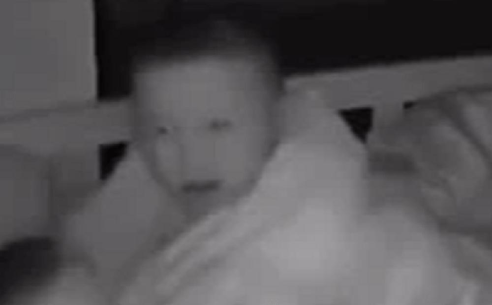 Em trai khóc nấc lúc nửa đêm, cậu anh 4 tuổi có hành động khiến người mẹ đỏ hoe cả hai mắt