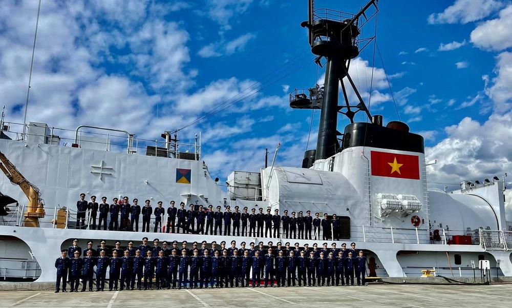 Tàu Cảnh sát biển CSB 8021 Mỹ chuyển giao cho Việt Nam đã cập cảng an toàn - Ảnh 1.