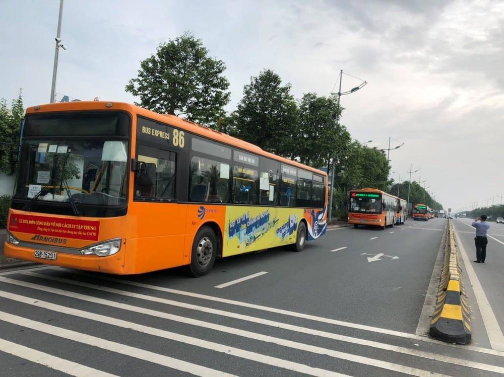 Hà Nội: Dùng xe buýt đưa đón công dân từ sân bay Nội Bài đến các khu cách ly tập trung - Ảnh 1.
