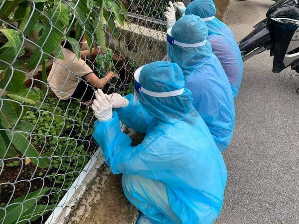 Ba thanh niên đi chống dịch ngồi xin rau của chủ nhà, bức ảnh từ phía sau được chia sẻ liên tục  - Ảnh 2.