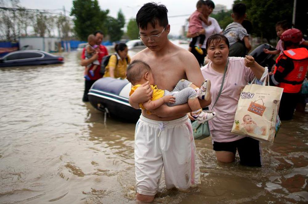 24h qua ảnh: Cậu bé thu hoạch hoa sen ở Campuchia - Ảnh 5.