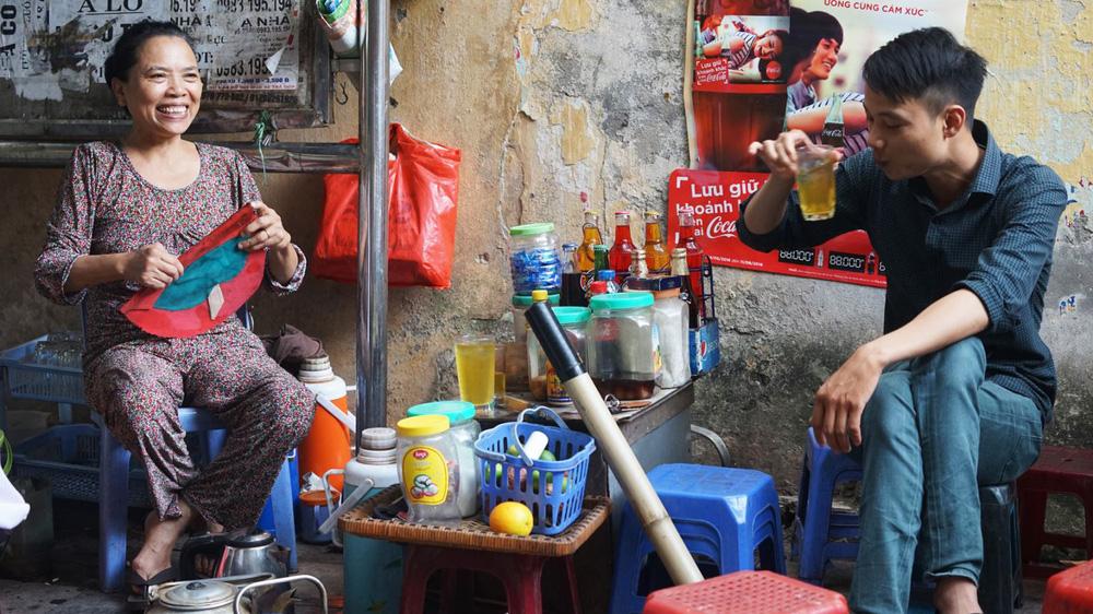 Hà Nội sẽ hỗ trợ 1,5 triệu đồng cho thợ cắt tóc, phục vụ quán bia, người bán trà đá - Ảnh 2.