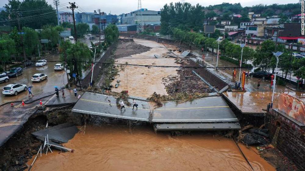 Bão In-fa càn quét Nhật Bản, Trung Quốc: Lũ lụt chưa xong, lở đất thảm khốc lại đến - Thế vận hội Tokyo 2020 có bị gián đoạn? - Ảnh 2.