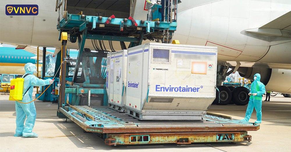 Cận cảnh lô vaccine AstraZeneca lớn nhất hạ cánh xuống sân bay Tây Sơn Nhất - Ảnh 1.