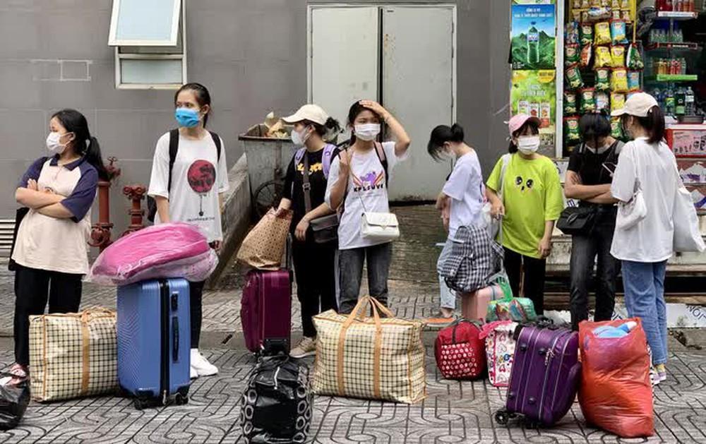 CLIP: Hàng trăm sinh viên đội mưa chuyển đồ, nhường chỗ làm khu cách ly - Ảnh 2.