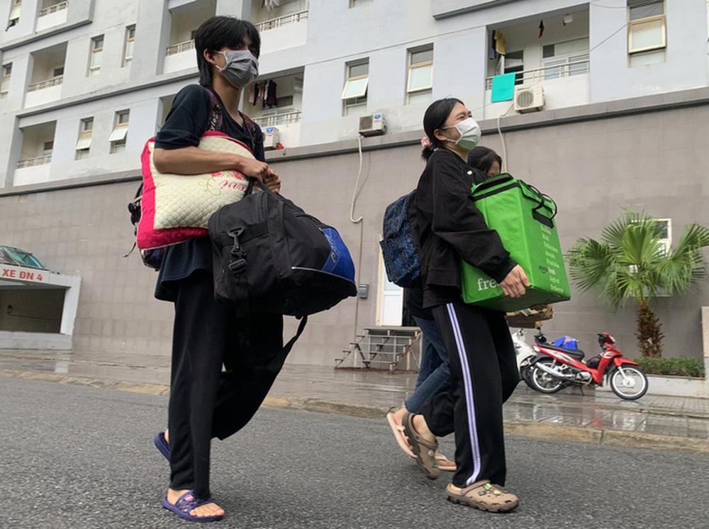 CLIP: Hàng trăm sinh viên đội mưa chuyển đồ, nhường chỗ làm khu cách ly - Ảnh 4.