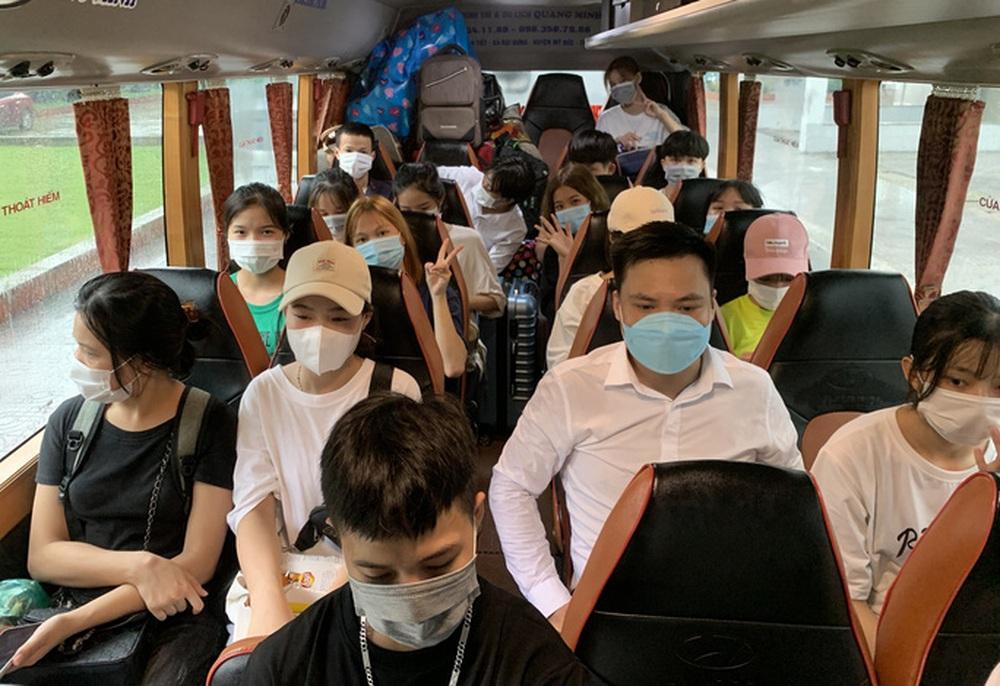 CLIP: Hàng trăm sinh viên đội mưa chuyển đồ, nhường chỗ làm khu cách ly - Ảnh 9.
