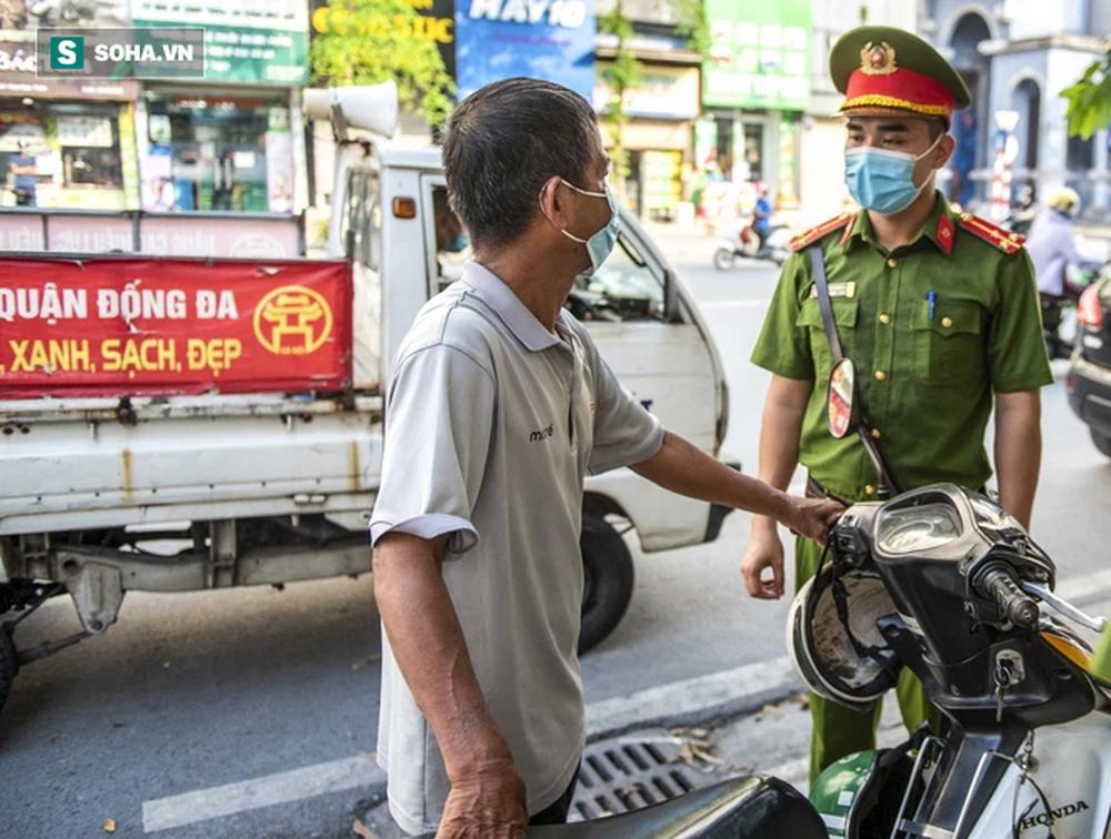 Theo chân CA xử phạt người dân ra đường vi phạm Chỉ thị 16 ngày Hà Nội giãn cách xã hội - Ảnh 5.