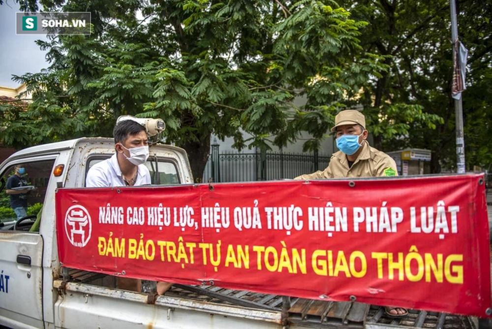Theo chân CA xử phạt người dân ra đường vi phạm Chỉ thị 16 ngày Hà Nội giãn cách xã hội - Ảnh 1.