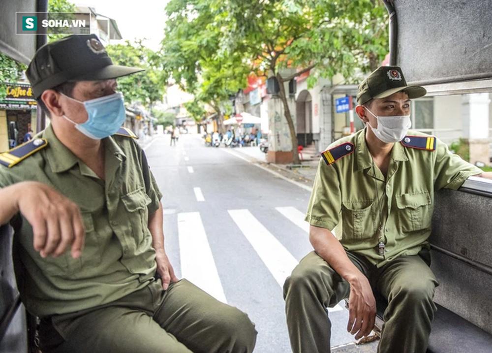 Theo chân CA xử phạt người dân ra đường vi phạm Chỉ thị 16 ngày Hà Nội giãn cách xã hội - Ảnh 3.
