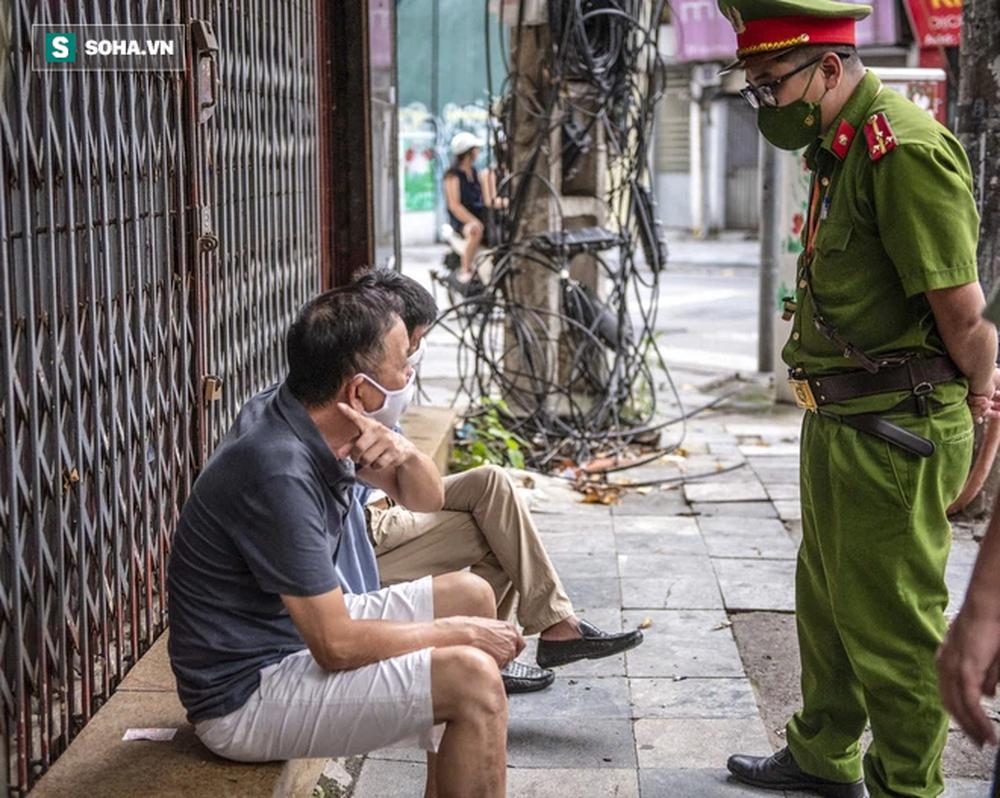 Theo chân CA xử phạt người dân ra đường vi phạm Chỉ thị 16 ngày Hà Nội giãn cách xã hội - Ảnh 4.