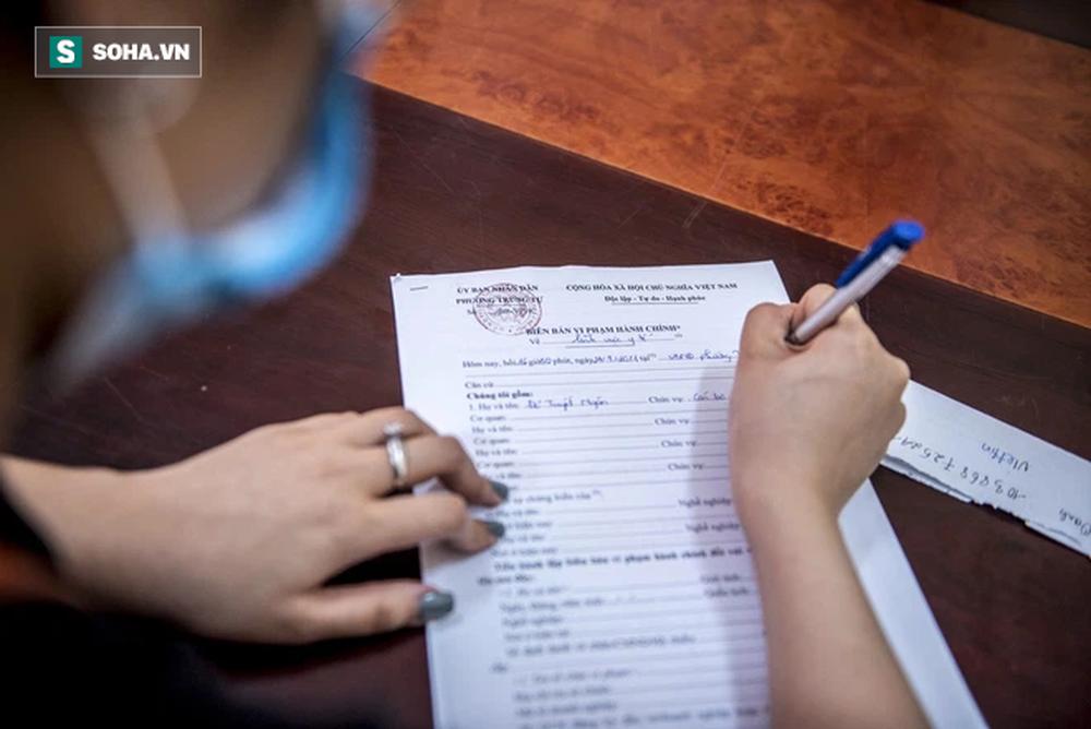 Theo chân CA xử phạt người dân ra đường vi phạm Chỉ thị 16 ngày Hà Nội giãn cách xã hội - Ảnh 10.