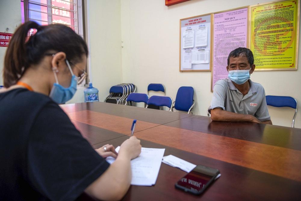 Theo chân CA xử phạt người dân ra đường vi phạm Chỉ thị 16 ngày Hà Nội giãn cách xã hội - Ảnh 9.