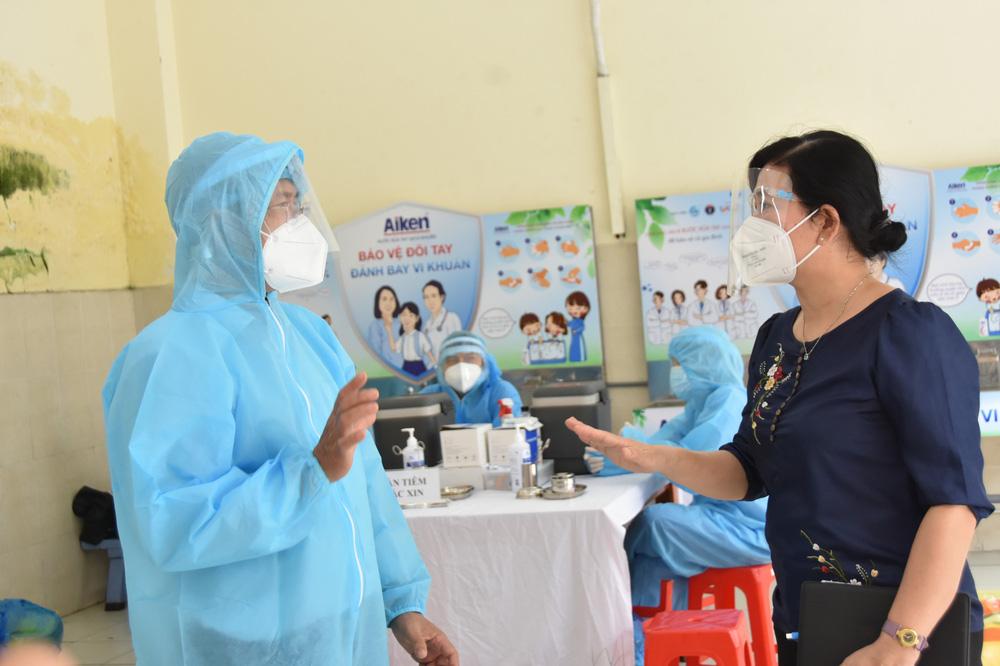 Ngày thứ 2 Chiến dịch tiêm chủng 2021-2022 tại TP.HCM: Người cao tuổi mừng vì được tiêm chủng - Ảnh 1.