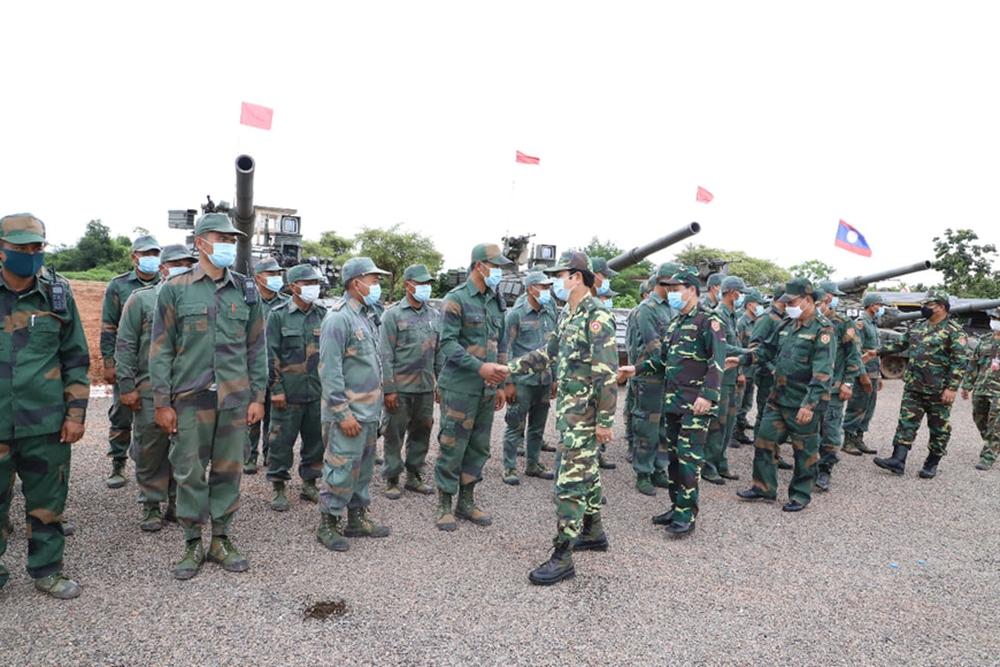 Binh chủng Tăng thiết giáp Lào diễn tập bắn đạn thật - Ảnh 1.