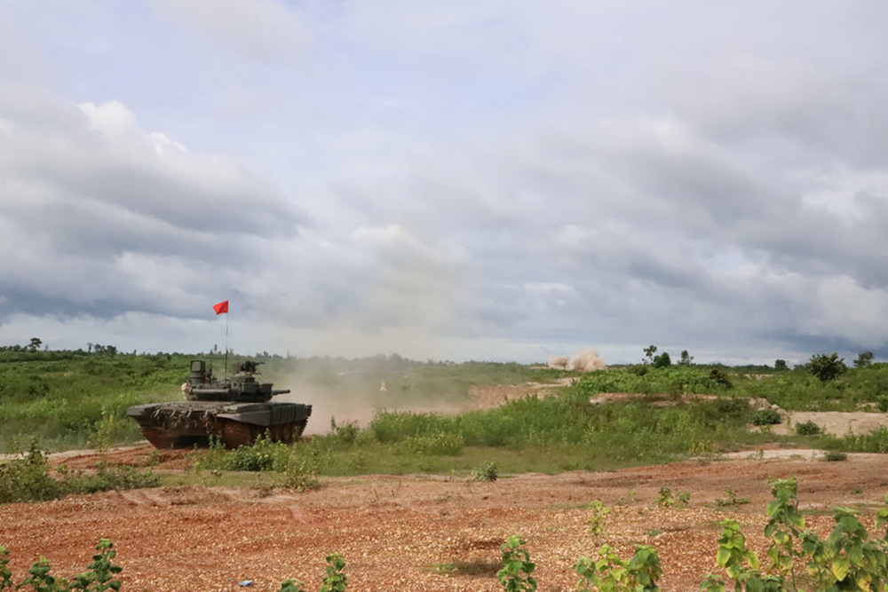 Binh chủng Tăng thiết giáp Lào diễn tập bắn đạn thật - Ảnh 4.