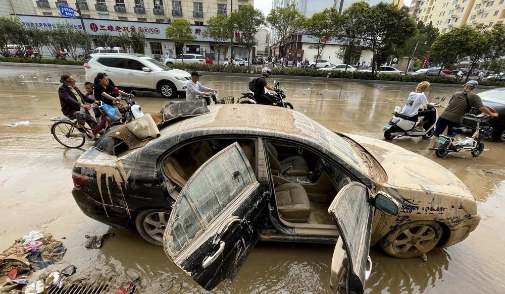 Cảnh tang thương ở Trịnh Châu: Dọn hầm ngập lụt, phát hiện nhiều xác người chết đuối - Ảnh 1.
