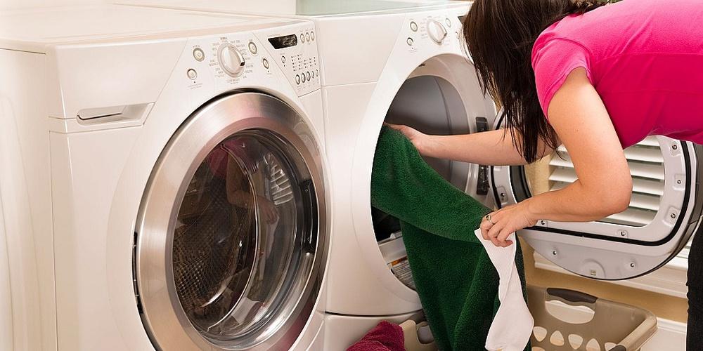 7 sai lầm khi giặt sấy tại nhà khiến bạn tốn kém hơn cả mang quần áo ra tiệm giặt - Ảnh 1.