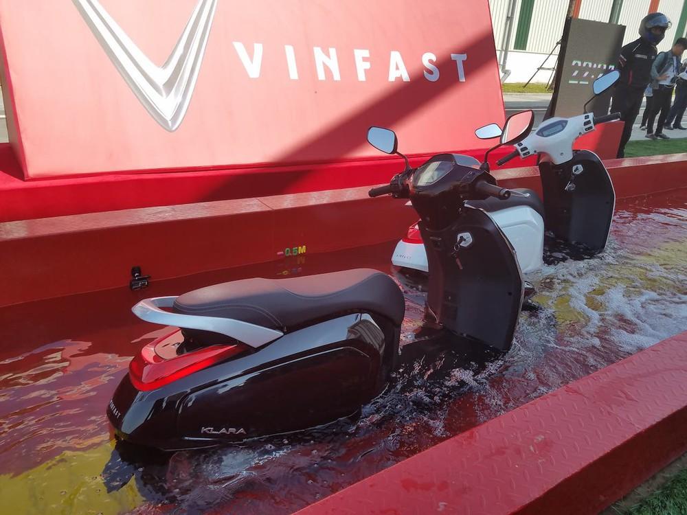 Loạt hình ảnh cho thấy vụ Tesla lội nước lũ Trung Quốc là quá ồn ào: Xe máy VinFast làm được từ lâu - cũng là nhờ 1 điều đặc biệt này!  - Ảnh 1.