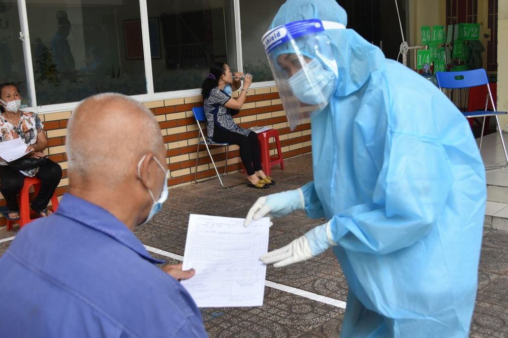 Ngày thứ 2 Chiến dịch tiêm chủng 2021-2022 tại TP.HCM: Người cao tuổi mừng vì được tiêm chủng - Ảnh 3.