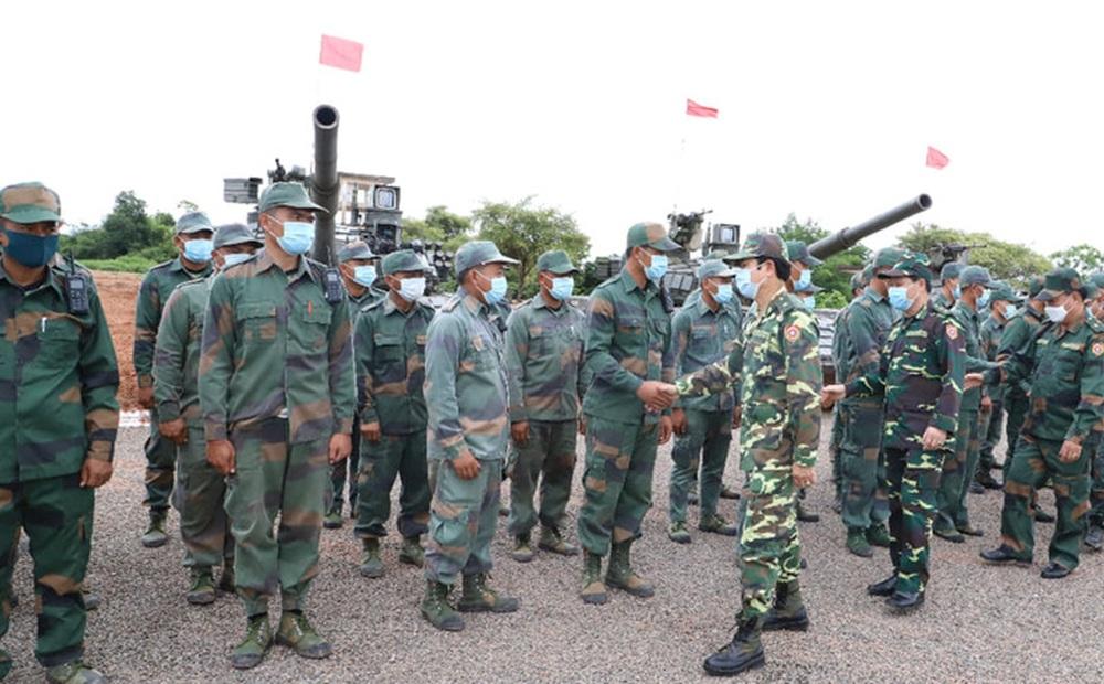 Binh chủng Tăng thiết giáp Lào diễn tập bắn đạn thật