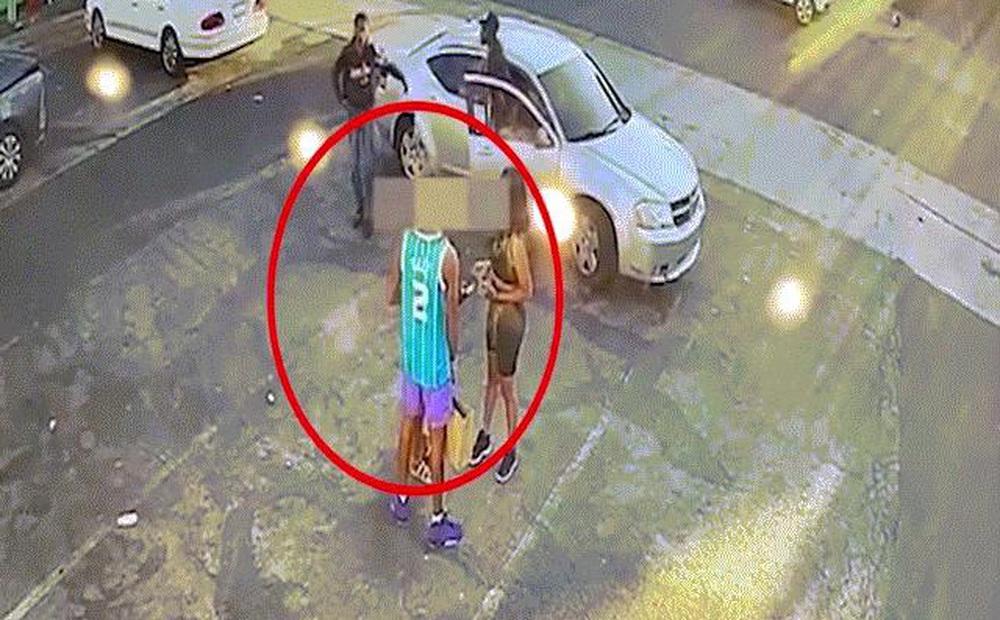 """Video: Tên cướp Mỹ ngổ ngáo rút súng đe dọa, không ngờ nạn nhân ra tay """"ác hơn"""""""