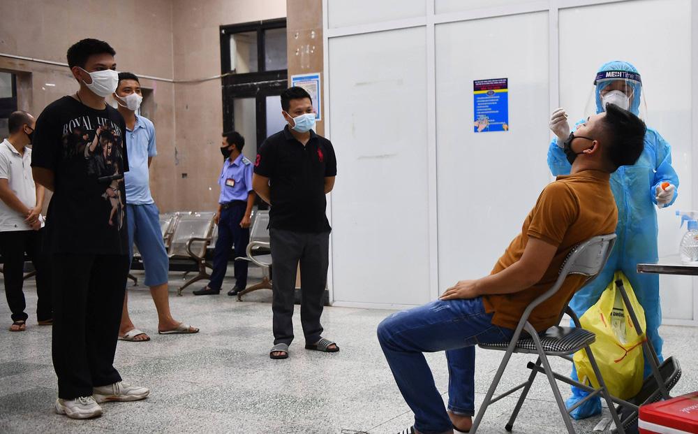 Ngày đầu giãn cách xã hội, Hà Nội ghi nhận tổng 23 ca dương tính SARS-CoV-2