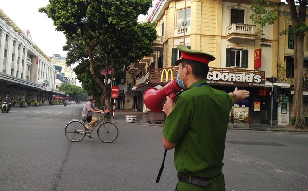 Hà Nội: Ngày đầu giãn cách xã hội, nhiều người bị phạt vì đi thể dục, không đeo khẩu trang