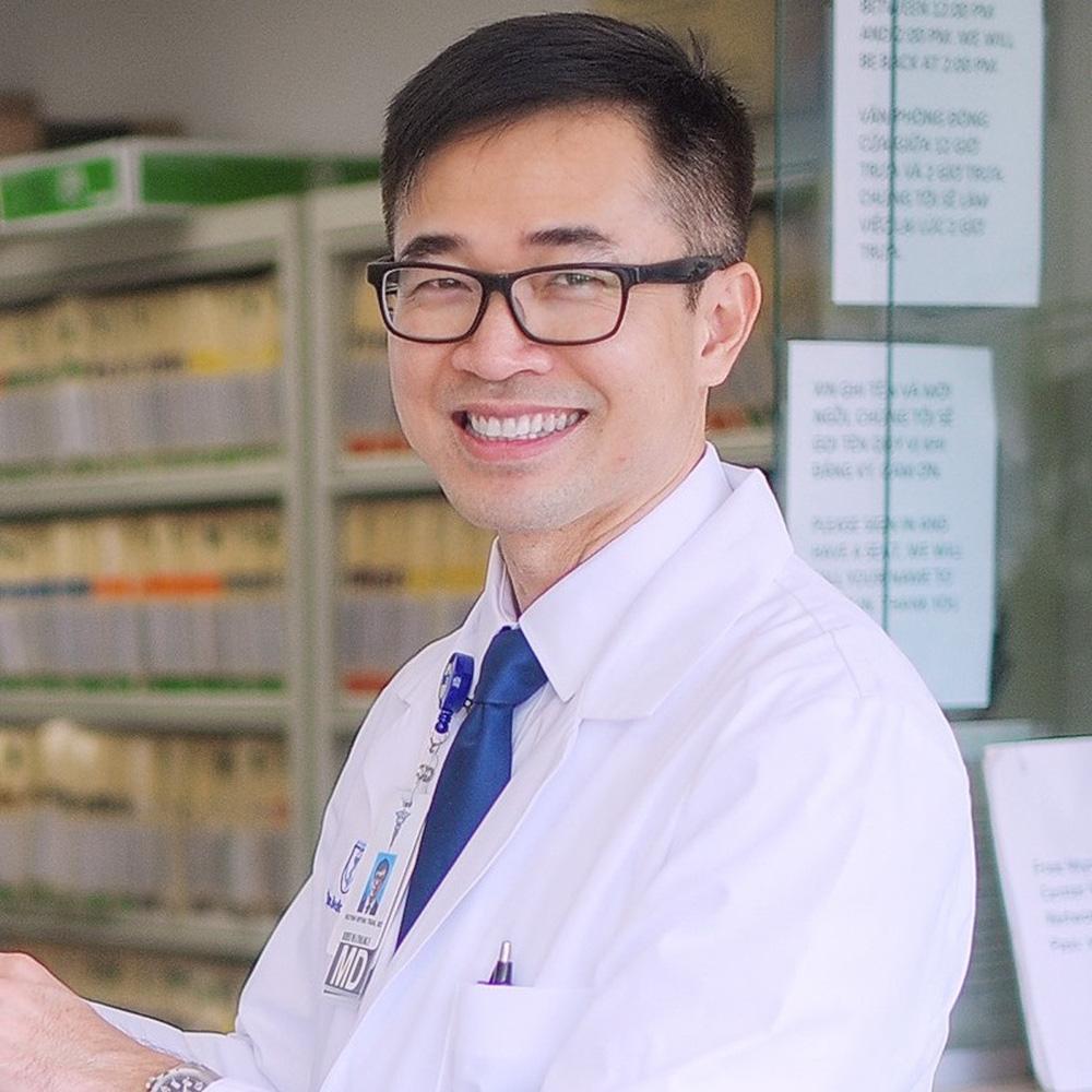 Dùng lá xông hơi, súc miệng nước muối có phòng được Covid-19? Bác sĩ người Việt tại Mỹ tiết lộ câu trả lời - Ảnh 1.