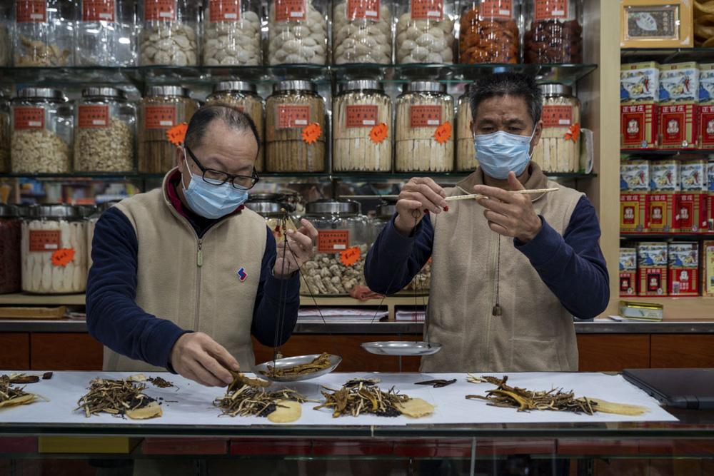 Bài thuốc Đông y mà Trung Quốc dùng cho người nhiễm Covid-19 không có triệu chứng gồm những gì? - Ảnh 4.