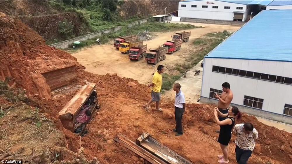 Đào đất làm nhà, công nhân xây dựng phát hiện chiếc quan tài, các nhà khoa học cũng bất ngờ khi chứng kiến điều khó tin bên trong - Ảnh 4.