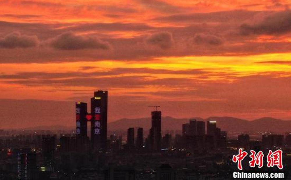 Loạt ảnh: Hoàng hôn màu cam rực hiếm thấy ở Nam Kinh, Trung Quốc một ngày trước khi bão In-fa đổ bộ