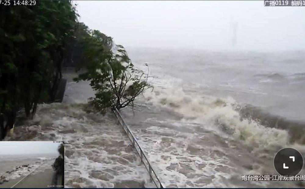 """Siêu bão In-fa bắt đầu đổ bộ Trung Quốc, người dân Thượng Hải: """"Nhìn qua video thôi đã thấy run rẩy"""""""