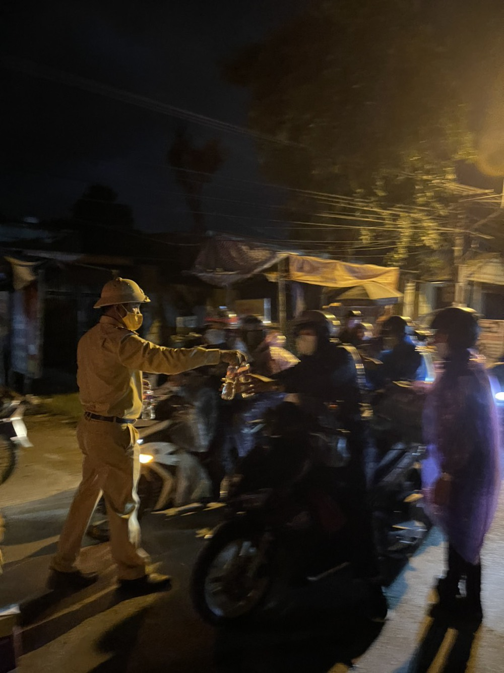 CSGT chung sức hộ tống đưa hàng chục ngàn công nhân từ TP.HCM và các tỉnh lân cận về quê - Ảnh 9.