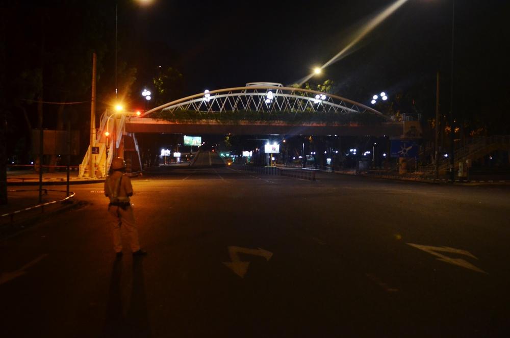 Đường phố TP.HCM vắng tanh, duy nhất 1 trường hợp ra đường sau 18h bị phạt 2 triệu đồng - Ảnh 7.