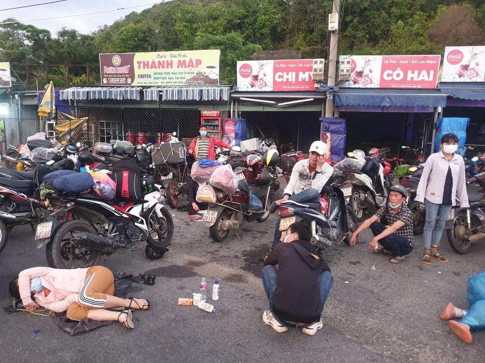 CSGT chung sức hộ tống đưa hàng chục ngàn công nhân từ TP.HCM và các tỉnh lân cận về quê - Ảnh 3.