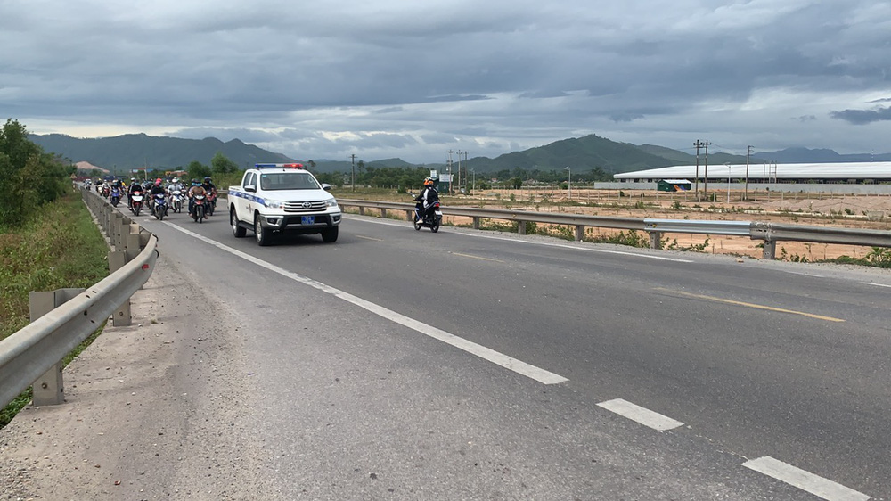 CSGT chung sức hộ tống đưa hàng chục ngàn công nhân từ TP.HCM và các tỉnh lân cận về quê - Ảnh 5.