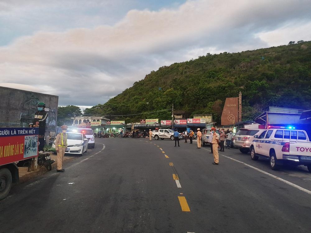 CSGT chung sức hộ tống đưa hàng chục ngàn công nhân từ TP.HCM và các tỉnh lân cận về quê - Ảnh 1.
