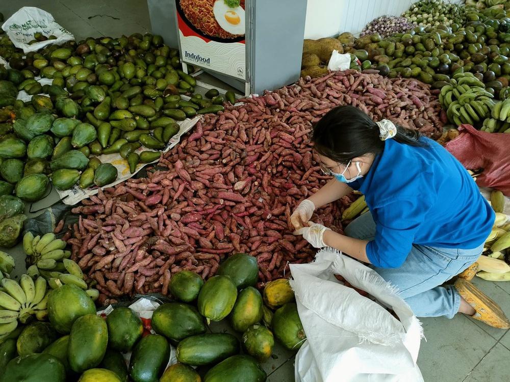 Cảnh báo thừa khoai lang tím, dưa leo, gà lông trắng và nhiều loại nông sản ở các tỉnh phía Nam - Ảnh 3.