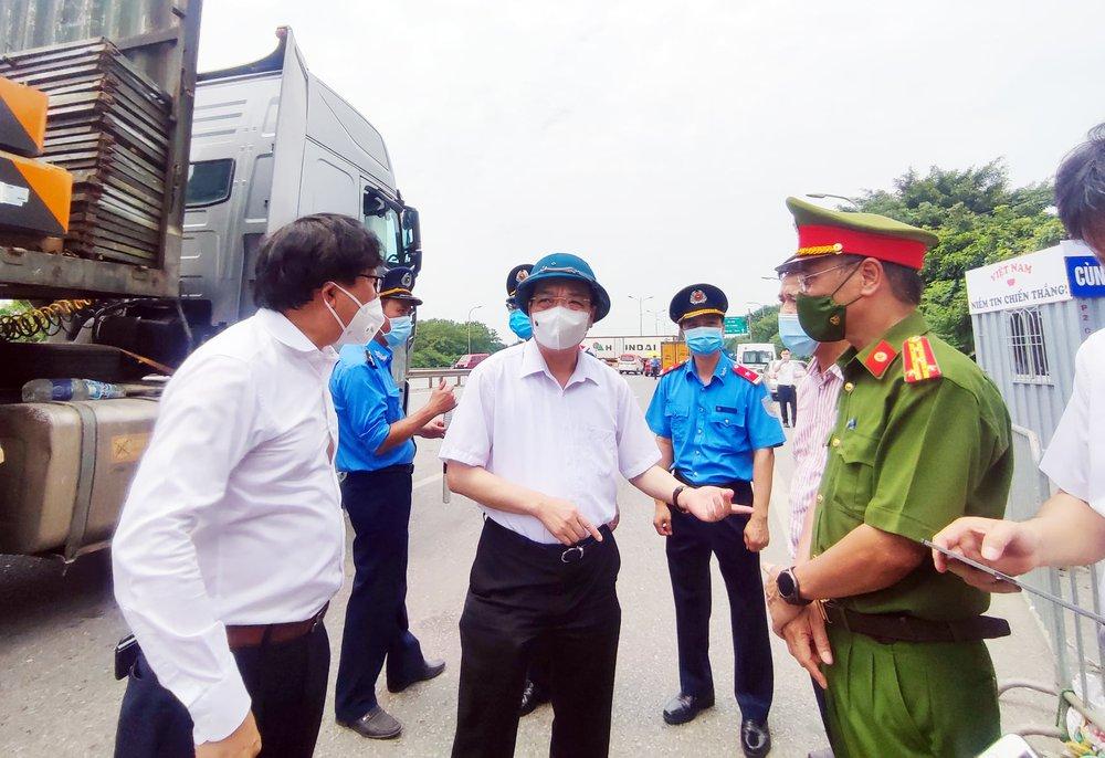 Chủ tịch Hà Nội: Mở tối đa luồng xanh cho các xe được đi xuyên qua Thủ đô mà không bị kiểm tra - Ảnh 1.