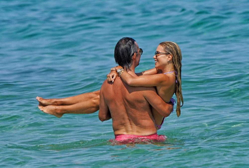 Cựu WAG nóng bỏng ở tuổi 43, âu yếm chồng mới giữa biển xanh, cát trắng và nắng vàng - Ảnh 2.