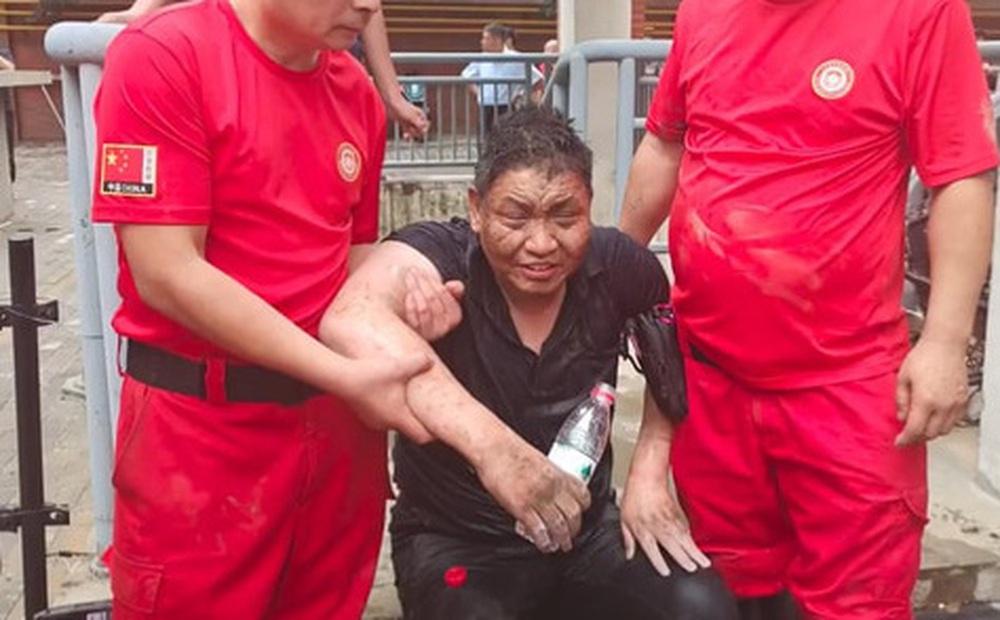 Uống nước bẩn 3 ngày 3 đêm vì bị mắc kẹt dưới hầm ngập nước sau trận lũ thảm khốc, người đàn ông đã hồi sinh ngoạn mục gây bão MXH
