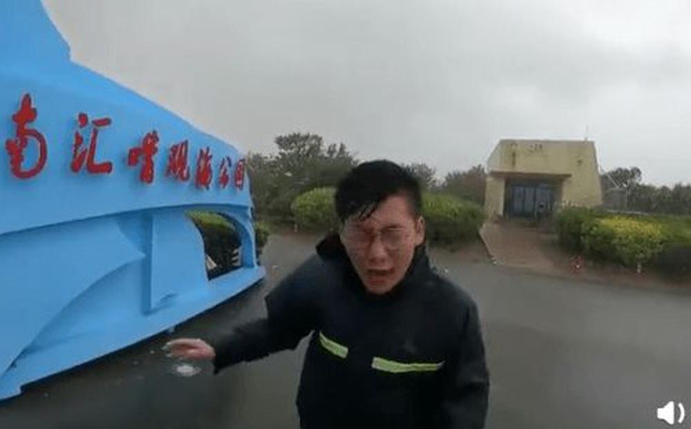 Chàng phóng viên đáng thương bị mưa bão In-Fa tạt méo mặt, bình luận của CDM không thể phũ hơn