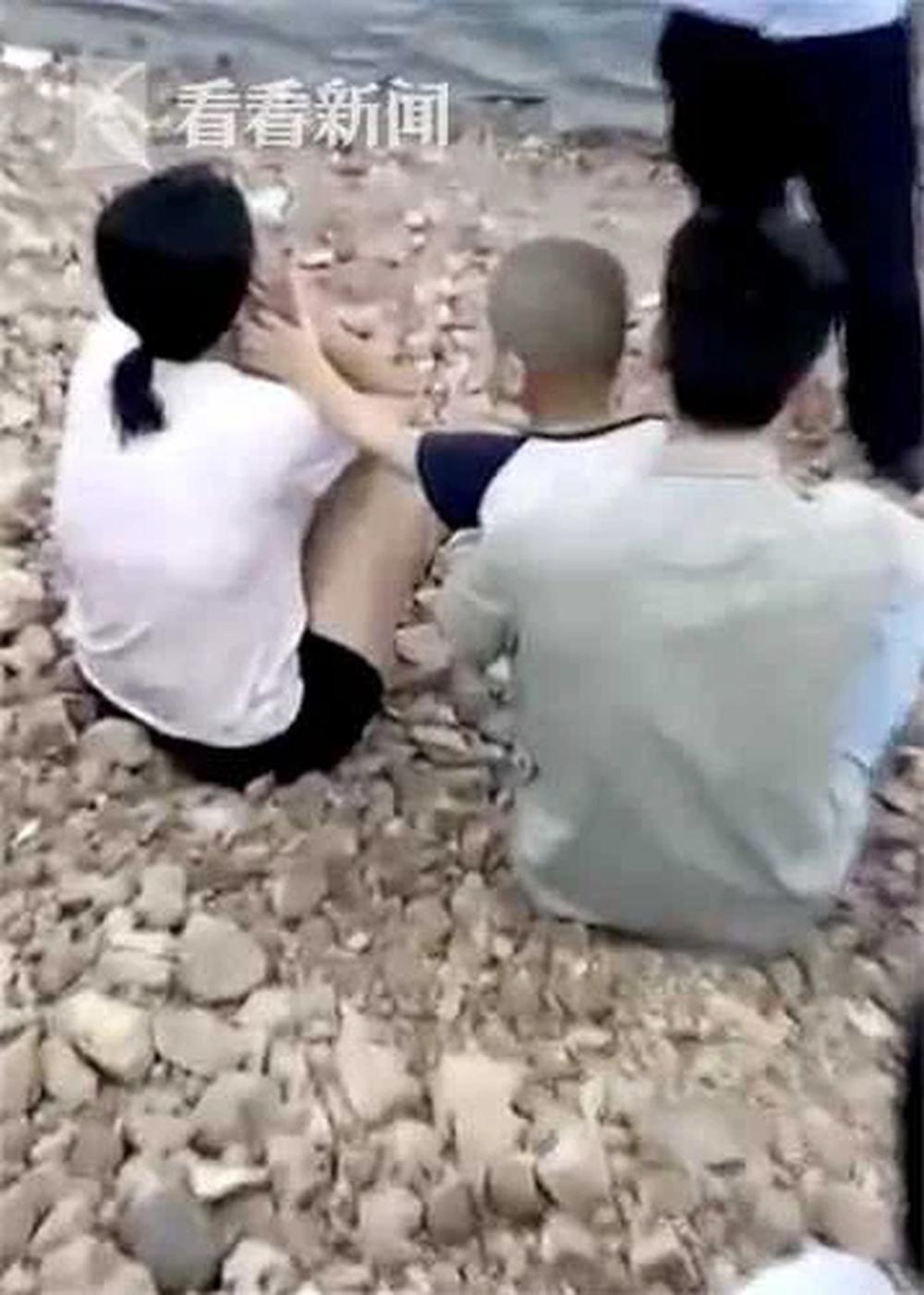 Mẹ ôm con nhảy sông tự tử nhưng được cứu kịp thời, hành động sau đó của bé trai khiến nhiều người rớt nước mắt - Ảnh 2.