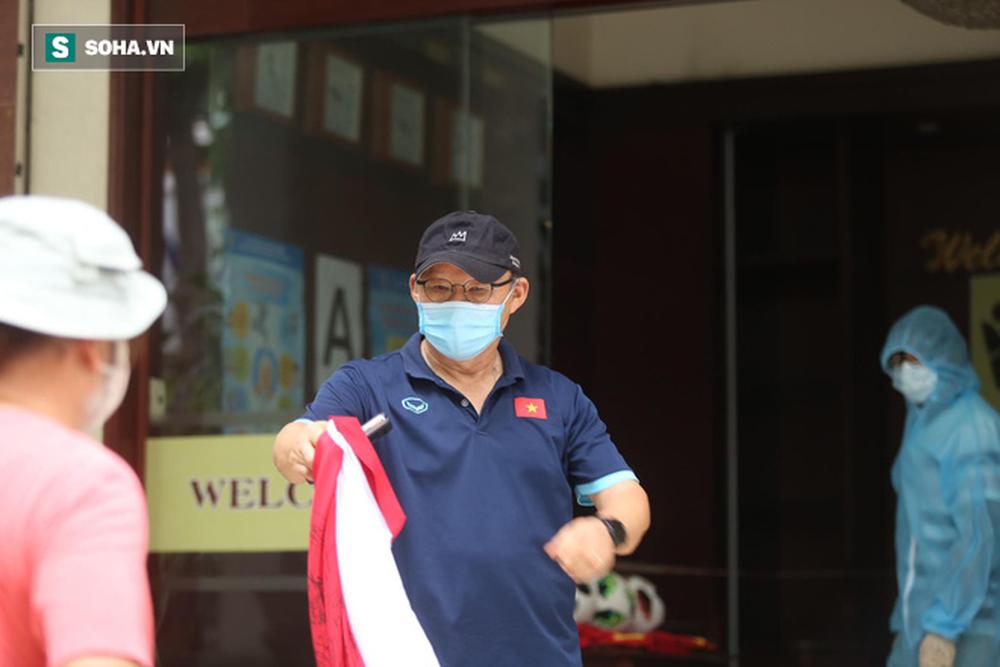 Tiến Linh cùng thầy Park gặp khó khi đến Hà Nội tập trung, dễ phải cách ly 14 ngày - Ảnh 1.