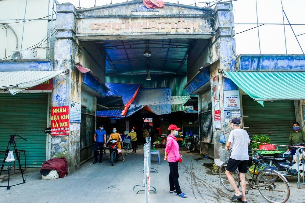Hà Nội bắt đầu phát phiếu đi chợ cho người dân theo ngày chẵn, ngày lẻ - Ảnh 2.